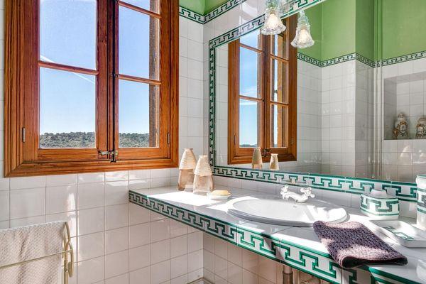 Badezimmer mit hübschen Fliesen