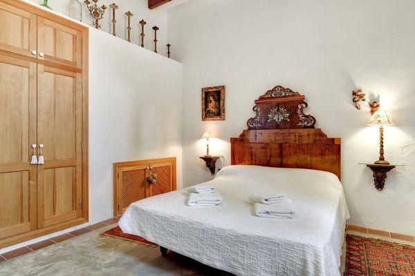Doppelbett-Schlafzimmer in mallorquinem Stil