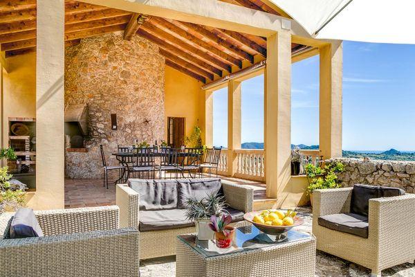 Terrasse mit Loungemöbeln und Steingrill