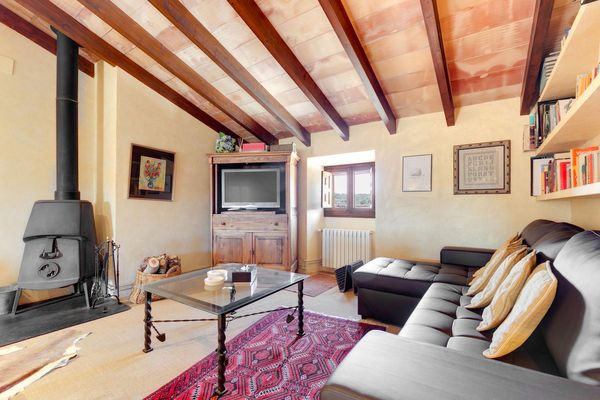 Zusätzlicher Wohnbereich mit Kamin und bequemer Couch