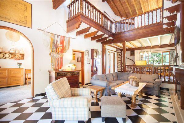 Das große Wohnzimmer mit Kamin und Flatscreen-TV