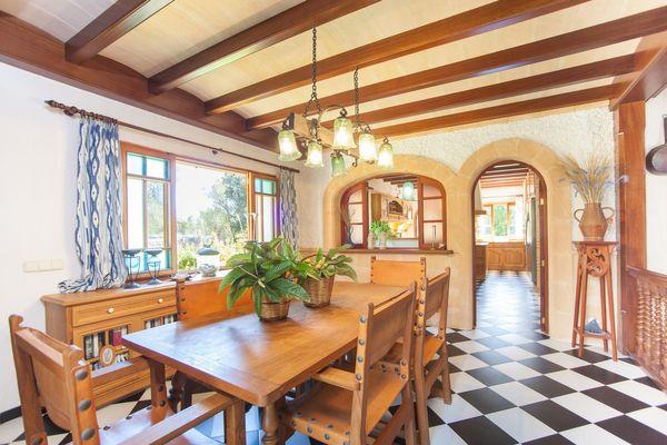 Der gemütliche Essbereich mit Zugang zur Küche