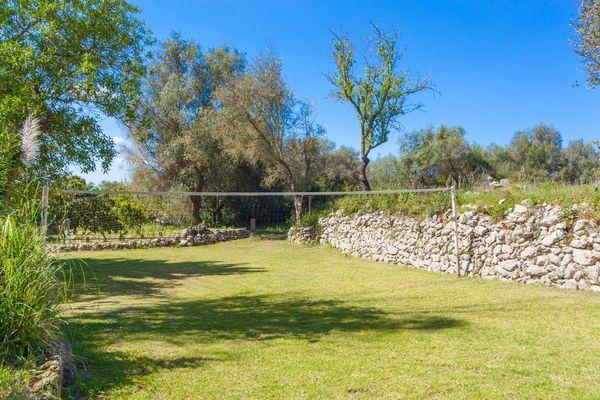 Garten der Finca mit Volleyballfeld