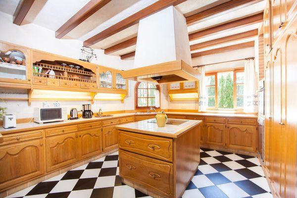 Küche mit Kochinsel und moderner Ausstattung
