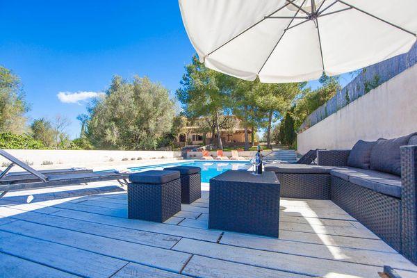 Poolbereich mit Sonnenliegen und Loungeecke