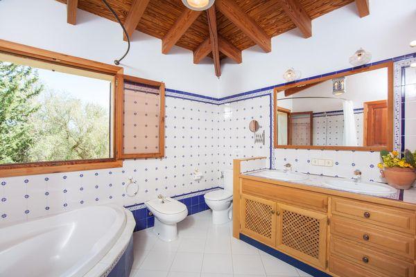 Reizendes Badezimmer mit Wanne