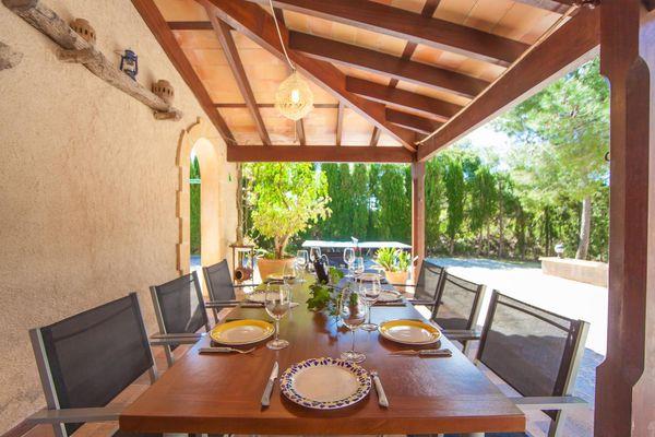 Überdachte Terrasse mit Esstisch für 8 Personen