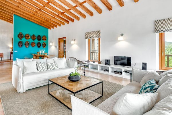 Modernes Wohnzimmer mit Sat-TV und Stereoanlage