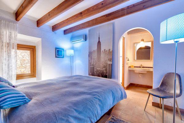 In Blautönen gehaltenes Schlafzimmer