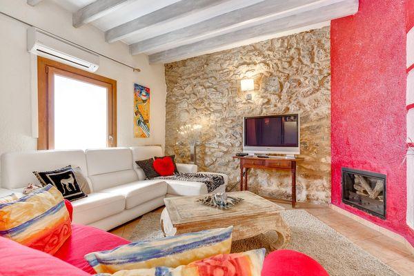 Wohnzimmer mit Kamin und Flatscreen-TV