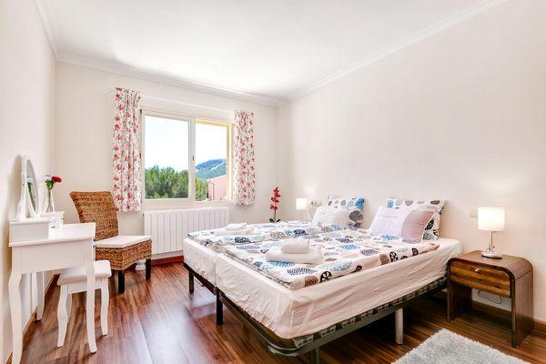 Schickes Schlafzimmer mit Bergblick