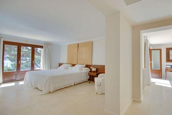 Grosses helles Schlafzimmer mit Doppelbett