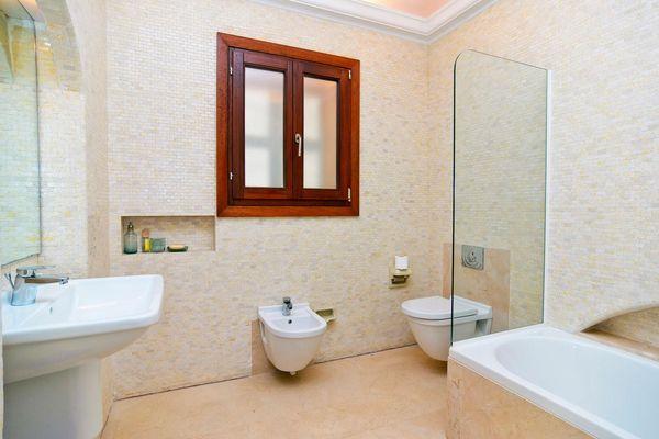 Helles Badezimmer mit Wanne