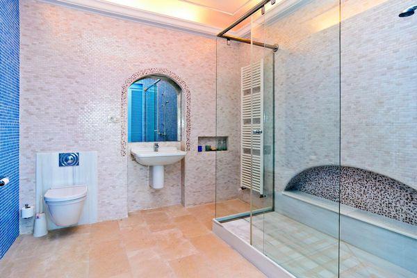 Schönes und modernes Bad mit großer Dusche