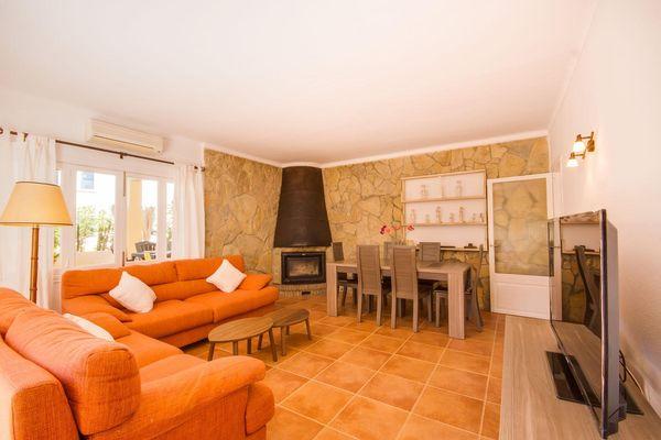 Wohn- und Essbereich mit Kamin und Flatscreen-TV