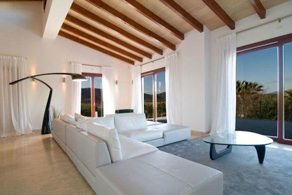 Grosszügiges Wohnzimmer mit schöner Holzdecke