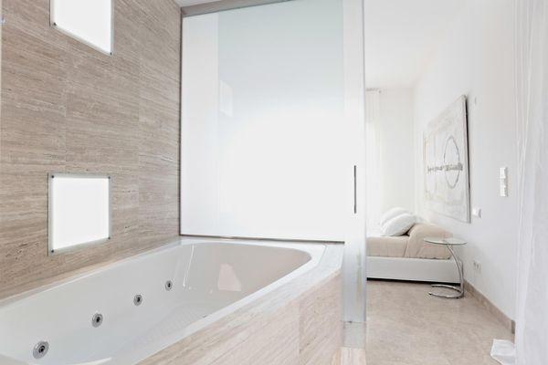 Modernes Badezimmer mit Jacuzziwanne