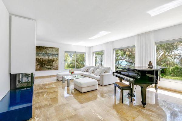 Helles Wohnzimmer mit Sitzecke und Klavier