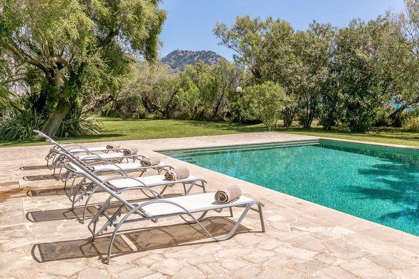 Pool mit Sonnenliegen