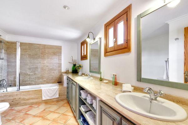 Bad mit Wanne und Doppelwaschbecken