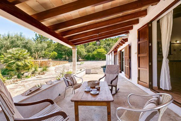 Terrasse mit gemütlichen Sitzgelegenheiten