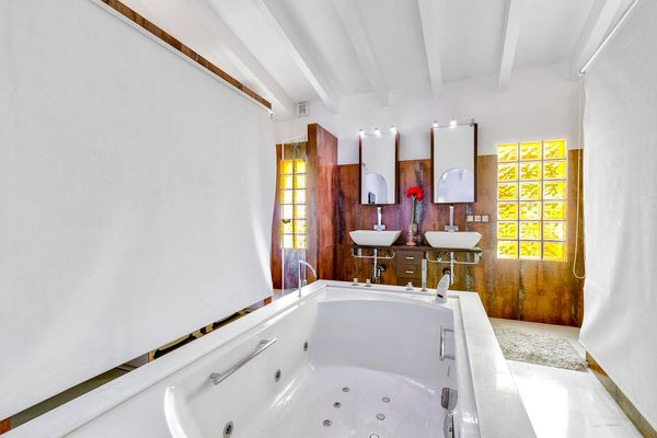 en-suite Badezimmer mit Badewanne