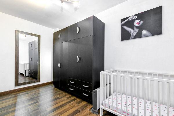 Kleiderschrank und Babybett
