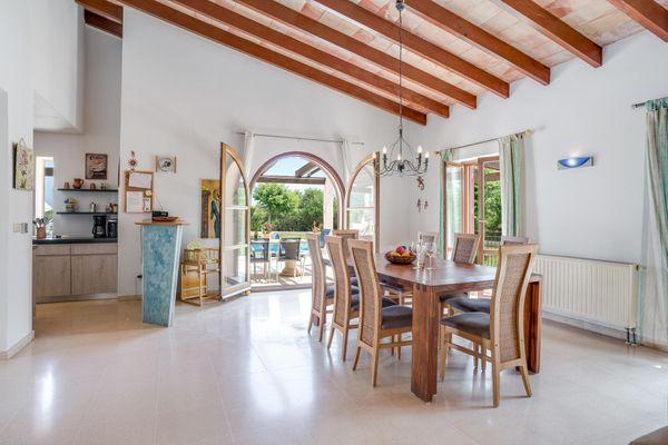 Offener Wohn-Essbereich mit Holzdeckenbalken