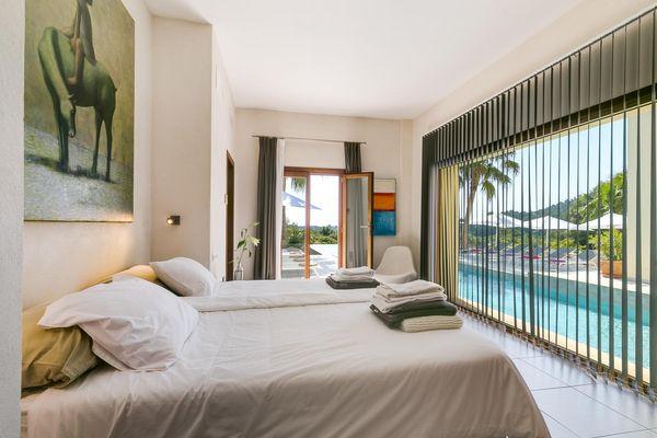 Doppelbettschlafzimmer mit Blick auf den Pool