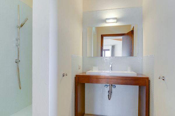 Modernes en-suite Bad mit Dusche