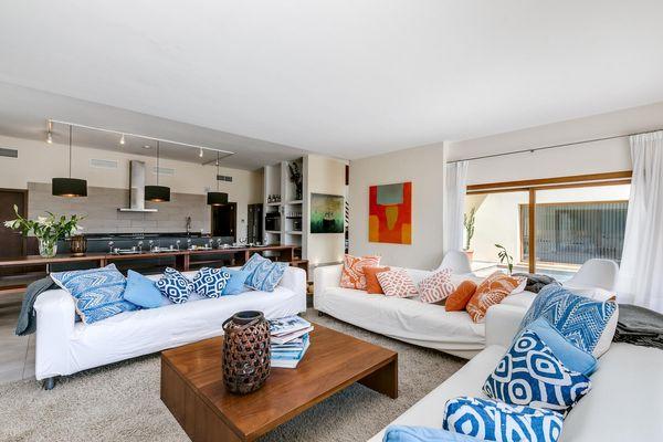 Wohnzimmer und angrenzender großer Esstisch