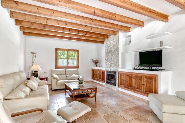 Einladendes Wohnzimmer mit Sofas