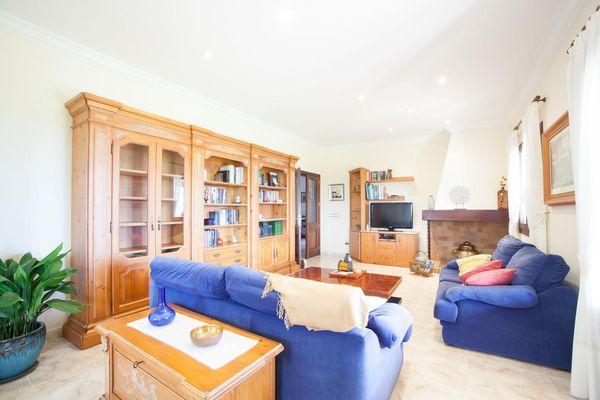 Wohnzimmer mit gemütlicher Couch und Flatscreen-TV