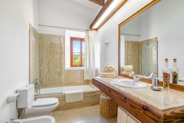 Badezimmer mit Badewanne und integrierter Dusche