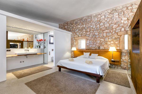 Modernes Schlafzimmer mit Doppelbett und mit direktem Zugang ins Badezimmer