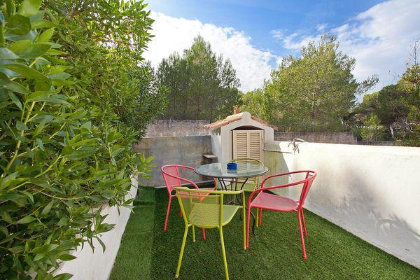 Kleine Terrasse mit Sitzmöglichkeiten