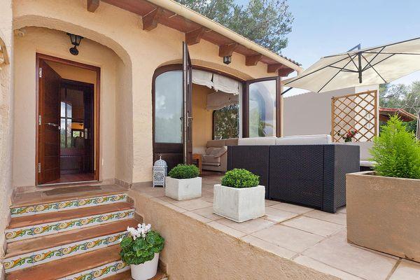 Schöne Terrasse mit Loungemöbeln