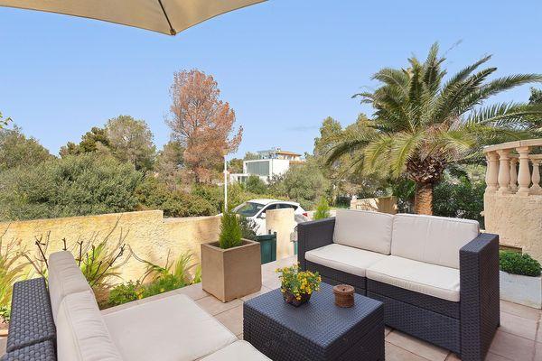 Terrasse mit schönen Sofas