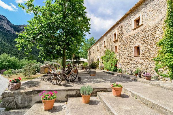 Natursteinfinca mit mediterraner Terrasse
