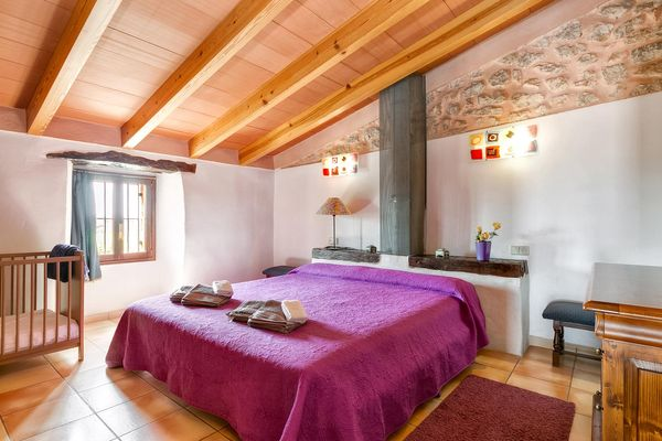 Doppelbettschlafzimmer mit Babybett