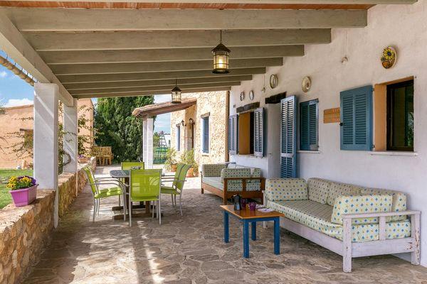 Überdachte Terrasse mit Lounge-Bereich