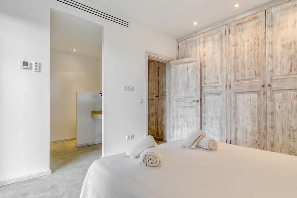 Drittes Schlafzimmer mit Blick auf einen großen Kleiderschrank und ins Badezimmer
