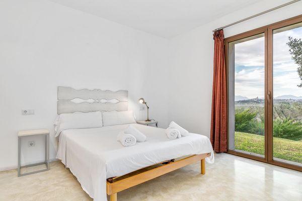 Drittes Schlafzimmer mit Doppelbett und weitem Blick in die Natur