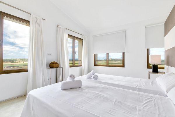 Erstes Schlafzimmer mit Doppelbett und Panoramablick in die Natur