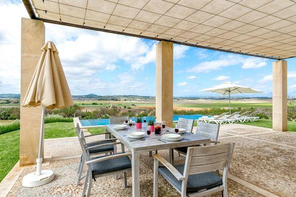 Terrassen-Essplatz mit Blick in den Garten und Umgebung