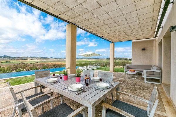 Überdachte Terrasse mit Essplatz und Lounge-Ecke