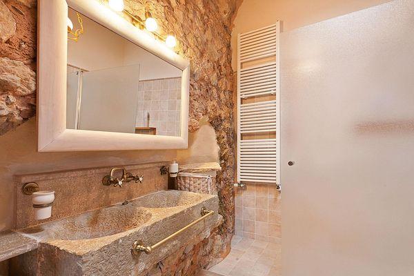 Bad mit steinernem Doppelwaschbecken