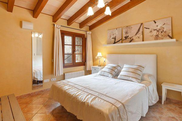 Schön eingerichtetes Schlafzimmer mit Doppelbett