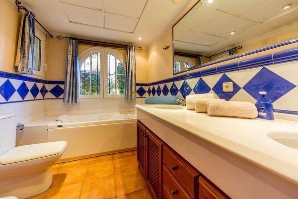 Geräumiges Badezimmer mit Badewanne