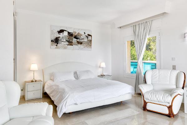 Elegant bedroom with doublebed